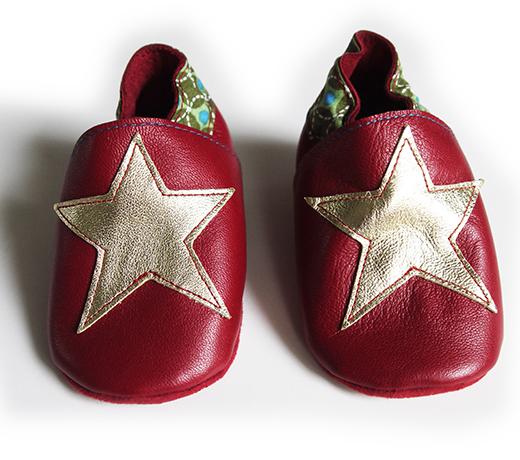 chausson cuir rouge etoile doree onde pointilliste verte biomome et bomino face